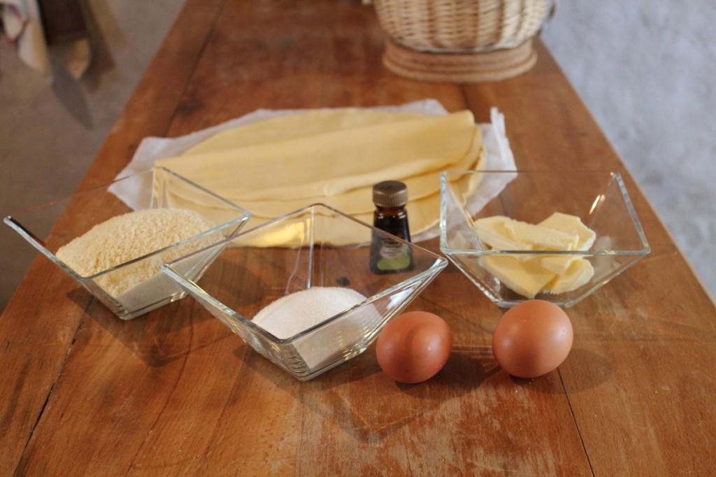 Frangipane : 100g de poudre d'amande, 50g de beurre ramolli, 75g de sucre, 1oeuf, un peu d'extrait d'amandes amères