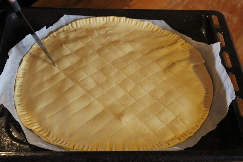 Poser la 2ème pâte feuilletée pour refermer la galette. Dessiner le quadrillage et percer de quelques trous.