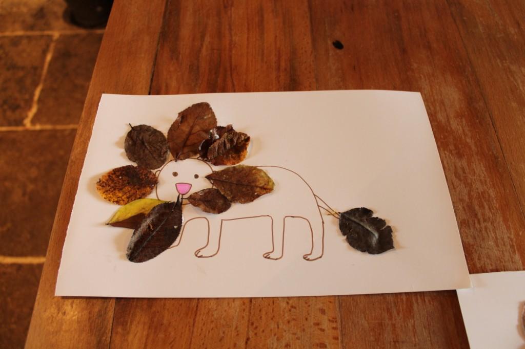 J'ai (mal) dessiné le lion, Poussin a tout collé tout seul.