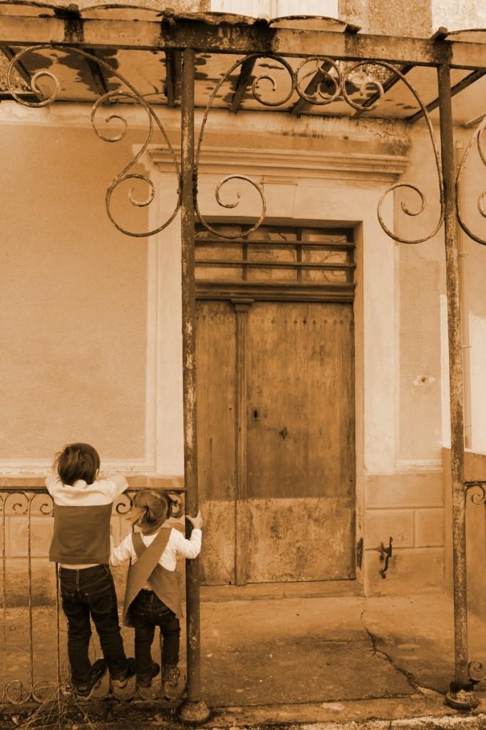 Le joli porche derrière la mairie, du sépia comme il y a 7 ans : une séance photos post-mariage !