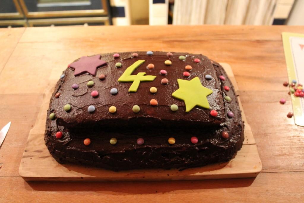 Et hop, un gâteau tout chocolat pour fêter son anniv à l'école !